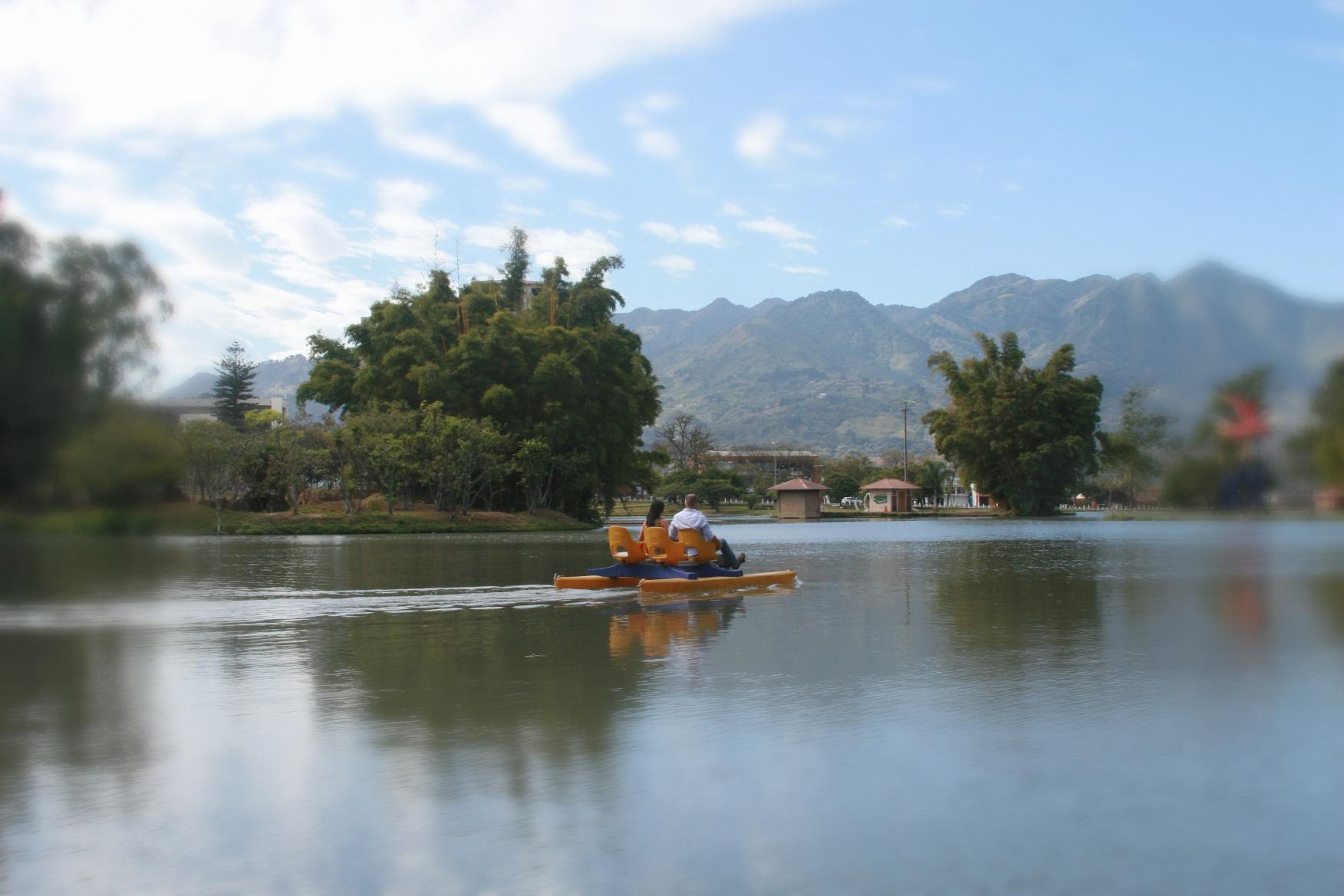 Fotografia Profesional  de Bodas en Costa Rica Rut Ben Yehuda. Sesion fotográfica de compromiso en el parque la Sabana, San Jose, Costa Rica.